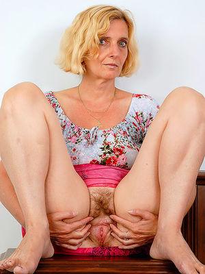 Зрелая женщина пробует себя в роли фотомодели 0 фото