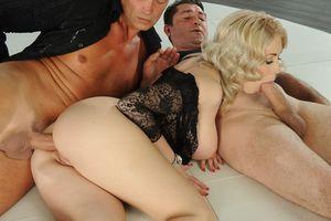 Блондинка ебется с двумя мужиками 6 фото