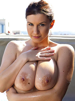 Брюнетка с натуральной грудью сует пальцы себе в пизду 0 фото