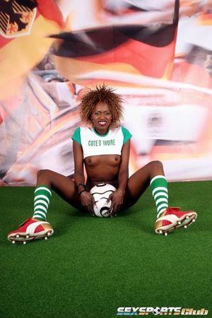Черная спортсменка участвует в интимной фотосессии 11 фото
