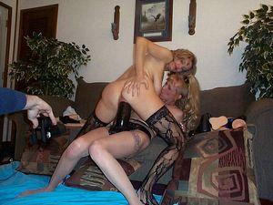 Лесбиянки решили устроить оргию с использованием секс игрушек 15 фото