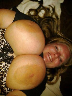 Толстые девки выставили на показ свои большие сиськи 8 фото