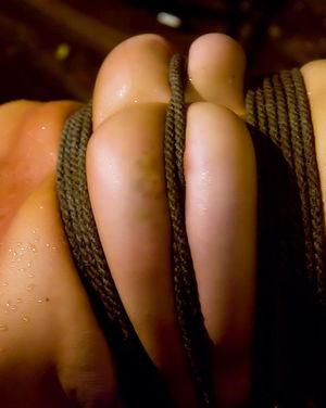 Сисястая девушка с пирсингом на пизде пробует БДСМ 6 фото