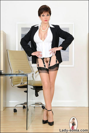 Сексапильная секретарша в чулках решила уделить себе время 14 фото