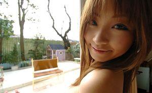 Миниатюрная азиатка светит своей волосатой пиздой 3 фото