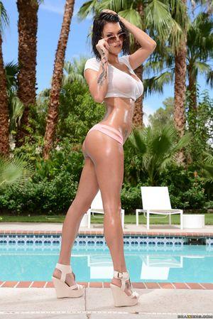 Горячая сучка Пета Дженсен дрочит возле бассейна 3 фото
