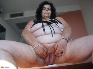Толстушка нащупала большим дилдо свою пизду 6 фото