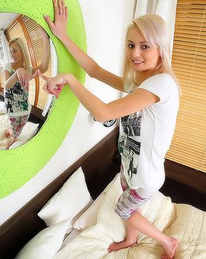 Игривая блондинка прячет свои сосочки 6 фото