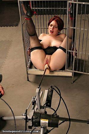Соблазнительную рыжую жену закрыли в клетке и испытали на ней секс машину 7 фото