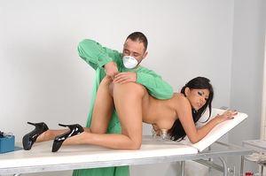 Брюнетка получила оргазм на приеме врача 12 фото