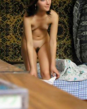Худышка одевается, не догадываясь что за ней наблюдают 12 фото