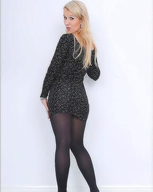 Голая блондинка перед зеркалом 0 фото