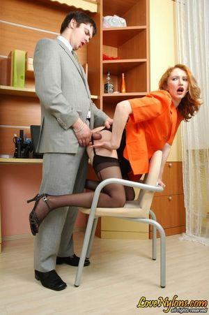 Русская секретарша в чулках занялась сексом со своим начальником 17 фото