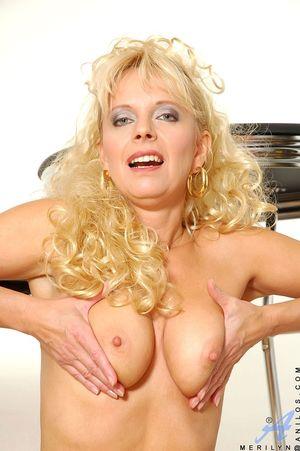 Зрелая блондинка в чулках показала себя 12 фото