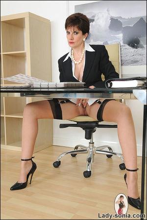 Сексапильная секретарша в чулках решила уделить себе время 2 фото