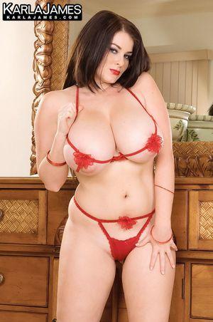Карла Джеймс позирует в мини бикини в своей спальне