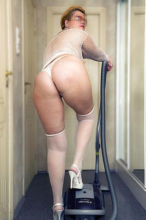 Зрелая дама занимается уборкой 5 фото