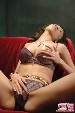 Худая азиатка в нижнем белье ласкает мохнатку 7 фото