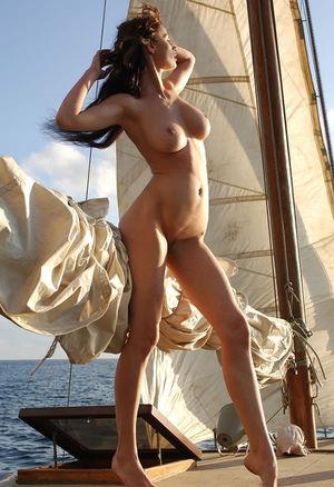 Худенькая девушка отдыхает на яхте 11 фото