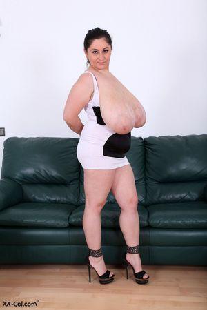 Пухлая женщина выставила сое вымя 0 фото
