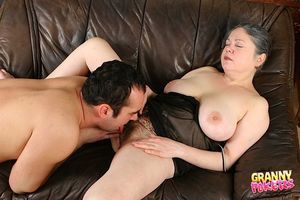 Мужик трахает пожилую даму с мохнатой киской 1 фото