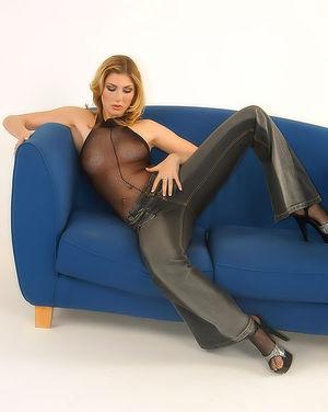 Блондинка гладит стройное тело сквозь сексуальный костюм 1 фото