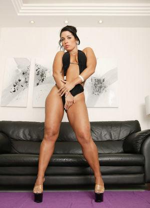 Девушка с широкими бедрами в черном купальнике 0 фото