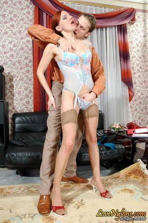 Соблазнила скромного мужика на быстрый секс на диване 8 фото