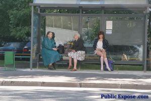 Девушка из России оголяет волосатую пизду в публичных местах 4 фото