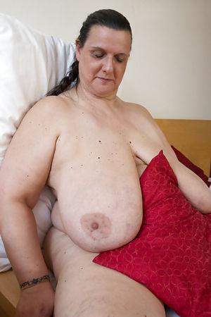Развратная бабуля с обвисшими дойками и мохнатой мандой