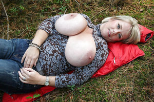 Тетка с огромными буферами 13 фото