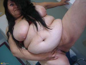 Жирная старая баба мастурбирует с помощью большого кабачка 7 фото