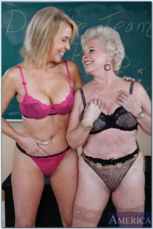 Две пожилые учительницы соблазнили на сношение молодого горячего физрука 11 фото