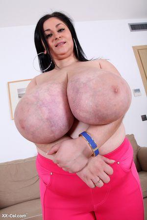 Темноволосая толстуха с огромной грудью с венами. 4 фото