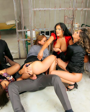 Детективы трахают подозреваемых в проституции девушек 7 фото