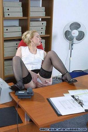 Белокурая секретарша мастурбирует на рабочем месте 14 фото
