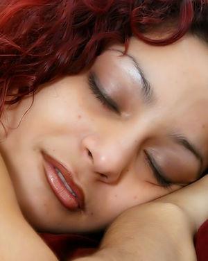 Дрочит и кончает на красотку, пока та спит 4 фото