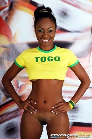 Красивая негритянка в футбольной форме 13 фото