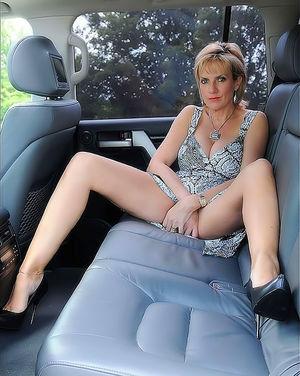 Зрелая женщина в автомобиле вывалила свои большие круглые буфера