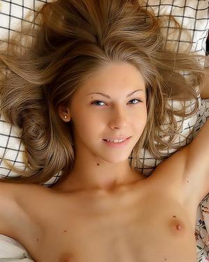 Тощая блонда мастурбирует и мнет сиськи 8 фото