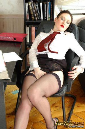 Зрелая русская секретарша дала приласкать свою промежность посетителю офиса 1 фото