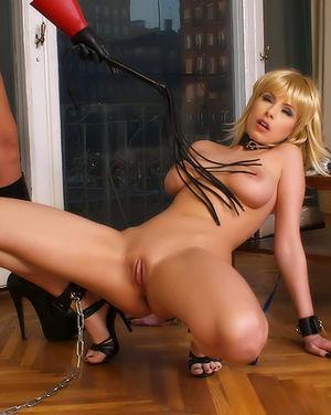 Властная брюнетка доминирует над грудастой блондой 6 фото