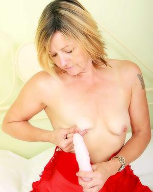 Зрелая блондинка мастурбирует мохнатку 5 фото
