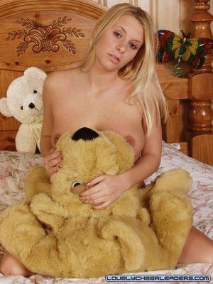 Блонда в униформе мастурбирует дилдо 19 фото