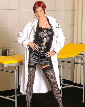 Рыжая медсестра дрочит волосатую пизду и тугую жопу 0 фото