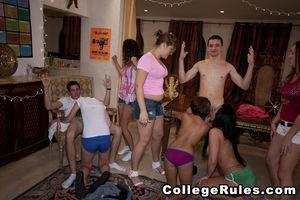 Студентки развлекаются на девичнике со стриптизером 9 фото