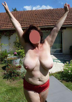 Бабуля с отвисшими сиськами загорает в саду 10 фото