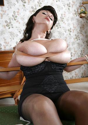 Зрелая брюнетка с гигантскими титьками. 11 фото