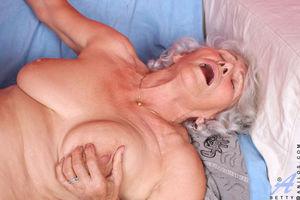 Развратная бабуля любит горячий секс. 11 фото