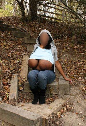 Девушка с огромной грудью прогуливается на природе 1 фото